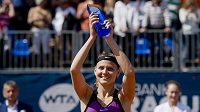 Česká tenistka Lucie Šafářová s trofejí pro vítězku turnaje WTA v Praze.