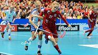 Česká útočnice Nela Kapcová (v červeném) bojuje o míček v utkání o bronz na MS florbalistek.