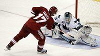 Gólman San Jose Sharks Antti Niemi zneškodňuje nájezd Radima Vrbaty z Phoenixu.