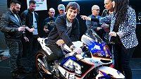Motocykl Honda RC213V-RS Karla Abrahama (uprostřed) pro sezonu 2015.