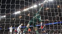 Brankář Chelsea Petr Čech inkasuje úvodní gól z kopačky Argentince Ezequiela Lavezziho ve středečním utkání Ligy mistrů v pařížském Parku princů.