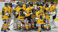 Litvínovští hokejisté slaví vítězství nad Spartou.