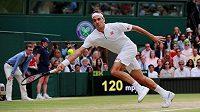 Švýcar Roger Federer ve wimbledonském finále v roce 2019 se Srbem Novakem Djokovičem.