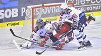 Závar před chomutovskou brankou v utkání 3. kola extraligy mezi HC Dynamo Pardubice a týmem Piráti Chomutov.