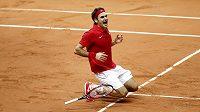 Roger Federer se raduje po vítězství nad Richardem Gasquetem a ze zisku třetího bodu ve finále Davis Cupu.