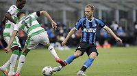 Christian Eriksen z Interu Milán bojuje o míč s hráči Sassuola.
