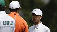 14letý čínský golfista Kuan Tchien-lang (vpravo) v rozmluvě s Tigerem Woodsem.