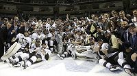 Hokejisté Pittsburghu Penguins pózují se Stanley Cupem.
