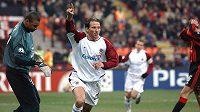 Útočník Sparty Praha Tomáš Jun oslavuje gól na 1:1 během utkání osmifinále Ligy mistrů v roce 2004 na stadiónu San Siro v Miláně.