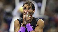 Dojatý Rafael Nadal byl po vyčerpávající finálové bitvě naměkko.