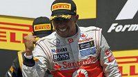 Lewis Hamilton se raduje po triumfu ve Velké ceně Kanady