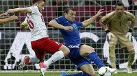Řecký obránce Avraam Papadopulos (uprostřed) se snaží zastavit polského fotbalistu Jakuba Blaszczykowského