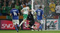Robbie Brady dává vítězný gól Irska v souboji s Itálií.