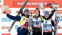 Český biatlonista Ondřej Moravec (uprostřed) na stupních vítězů po závodu Světového poháru v Oslu.