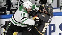 Hokejista Vegas Golden Knights Paul Stastny (26) je důrazně atakován Radkem Faksou (12) z týmu Dallas Stars.
