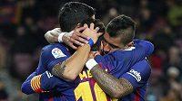 Paulinho (vpravo) se spoluhráči z Barcelony Lionelem Messim (zády) a Luisem Suárezem gól vstřelený Levante.