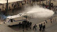 Policie si pomáhala vodními děly.