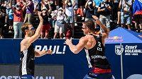 Čeští beachvolejbalisté David Schweiner (vpravo) s Ondřejem Perušičem v akci na čtyřhvězdičkovém turnaji Světového okruhu v Ostravě