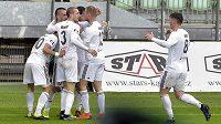 Fotbalisté Karviné se radují z gólu v první lize.