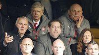 Trenér fotbalistů Arséne Wenger (třetí zleva) musel kvůli disciplinárnímu trestu sledovat zápas s Chelsea jen z tribuny.