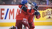 Hotovo, dva body jsou doma. Čeští hokejisté vstoupili do MS hráčů do dvaceti let výhrou nad Švýcarskem 2:1 v prodloužení. Autor vítězné branky David Kvasnička slaví s asistentem Martinem Kautem.