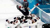 Tak se slaví olympijský úspěch. Bronzová medailistka Veronika Vítková létala nad hlavami trenérů, jednou jim málem spadla.
