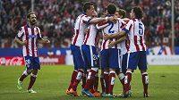 Fotbalisté Atlétika Madrid slaví gól, který vsřelil Arda Turan.