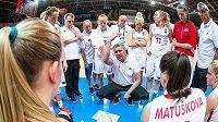 Trenér českých basketbalistek do sedmnácti let Fousek udílí svým svěřenkyním pokyny.