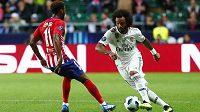 Obránce Realu Marcelo se snaží obejít Thomase Lemara z Atlética.