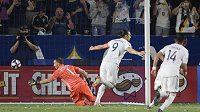 Zlatan Ibrahimovič slaví proměněnou penaltu, kterou provedl ve stylu Antonína Panenky v zápase mezi LA Galaxy a Portlandem Timbers.