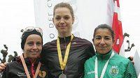 Anežka Drahotová na stupních vítězů v Luganu, vpravo druhá Portugalka Vera Santosová, vlevo třetí Polka Agniewska Dygaczová.