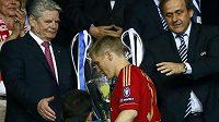Bastian Schweinsteiger německému prezidentovi Joachimu Gauckovi po finále Ligy mistrů nabídnutou ruku nepodal. Nyní se za to omluvil.