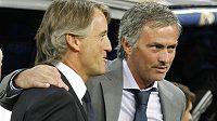 Dva elegáni na lavičkách fotbalových gigantů - José Mourinho (vpravo) z Realu Madrid a Roberto Mancini z Manchesteru City