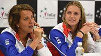 Barbora Strýcová (vlevo) a Karolína Plíšková na tiskové konferenci českého týmu před semifinále tenisového Fed Cupu s Francií.