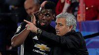 José Mourinho uděluje pokyny Paulu Pogbovi v utkání Ligy mistrů proti Seville.