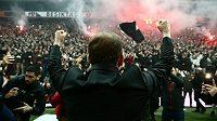 Fanoušci Besiktase Istanbul bouřlivě přivítali nového trenéra a legendu klubu Sergena Yalcına.