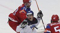 Fin Sebastian Aho oslavuje vstřelený gól v semifinále s Ruskem.