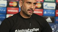 V tričku s nápisem symbolizujícím solidaritu se zemřelým přítelem Pep Guardiola u vedení UEFA narazil.
