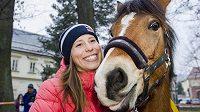 Olympijská vítězka ve snowboardkrosu Eva Samková dostala na slavnostním přivítání olympioniků v rodném Vrchlabí vysněného koně.