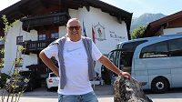 Někdejší šéf Sparty Vlastimil Košťál před svým hotelem St. Florian v rakouském Kaprunu.