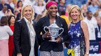 Serena Williamsová s Martinou Navrátilovou (vlevo) a Chris Evertovou (vpravo).