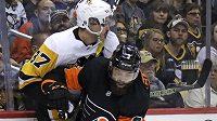 Obránce Philadelphie Radko Gudas atakuje u mantinelu Sidneyho Crosbyho z Pittsburghu.
