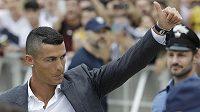 V Turíně vypuklo šílenství, hvězdný portugalský fotbalista Cristiano Ronaldo je ve městě.