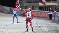 Tarjei Bö z Norska oslavuje vítězství v závodu smíšených štafet při SP v Novém Městě na Moravě.