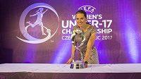 Pavlína Ščasná s trofejí pro vítěze mistrovství Evropy žen do 17 let, které bude hostit v květnu Česko.