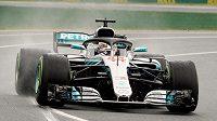 Lewis Hamilton s vozem Mercedes při kvalifikaci na GP Austrálie.