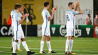 Angličtí fotbalisté zdraví fanoušky po kvalifikační výhře v Litvě.