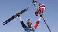 Norská lyžařka Marit Björgenová oslavuje svůj triumf ze závodu na 30 km klasickou technikou na ZOH v Koreji.