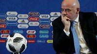 Prezident FIFA Gianni Infantino během tiskové konference před losem MS v Moskvě.
