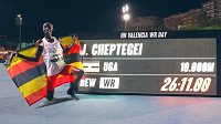 Běžecký světový rekordman Joshua Cheptegei poté, co ve Valencii vytvořil světový rekord na 10 000 metrů na dráze.